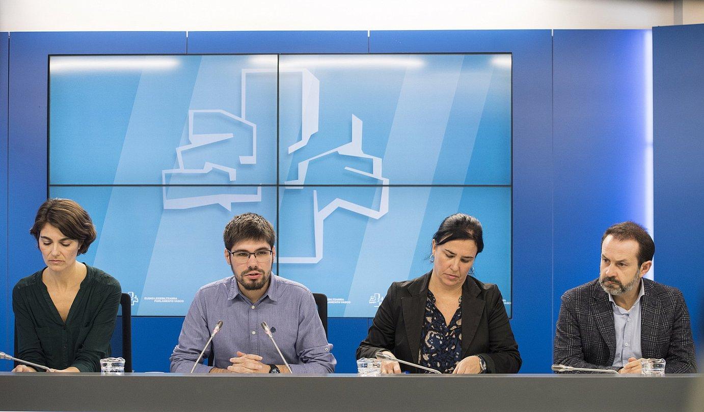 Elkarrekin Podemoseko legebiltzarkideak, Lander Martinez buru, atzo Gasteizen egindako agerraldian. ©JUANAN RUIZ / FOKU