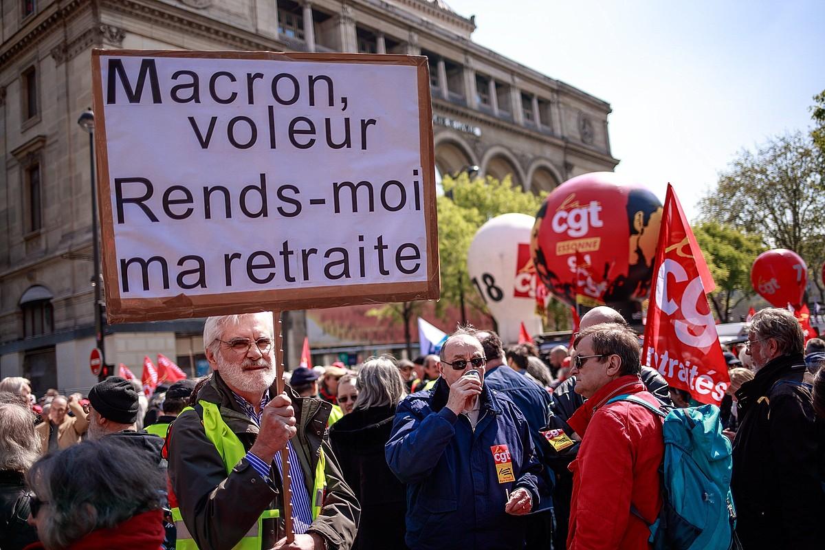 Manifestari bat, joan den apirilean, �Macron lapurra, itzuli nire pentsioa� dioen pankarta eskuan duela. ©CHRISTOPHE PETIT TESSON / EFE