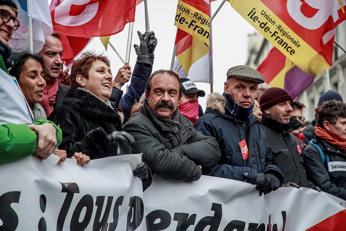Parisko manifestazioaren burua, atzo arratsaldean, Philippe Martinez CGTko idazkari nagusia erdian dela. ©CRISTOPHE PETIT TESSON / EFE
