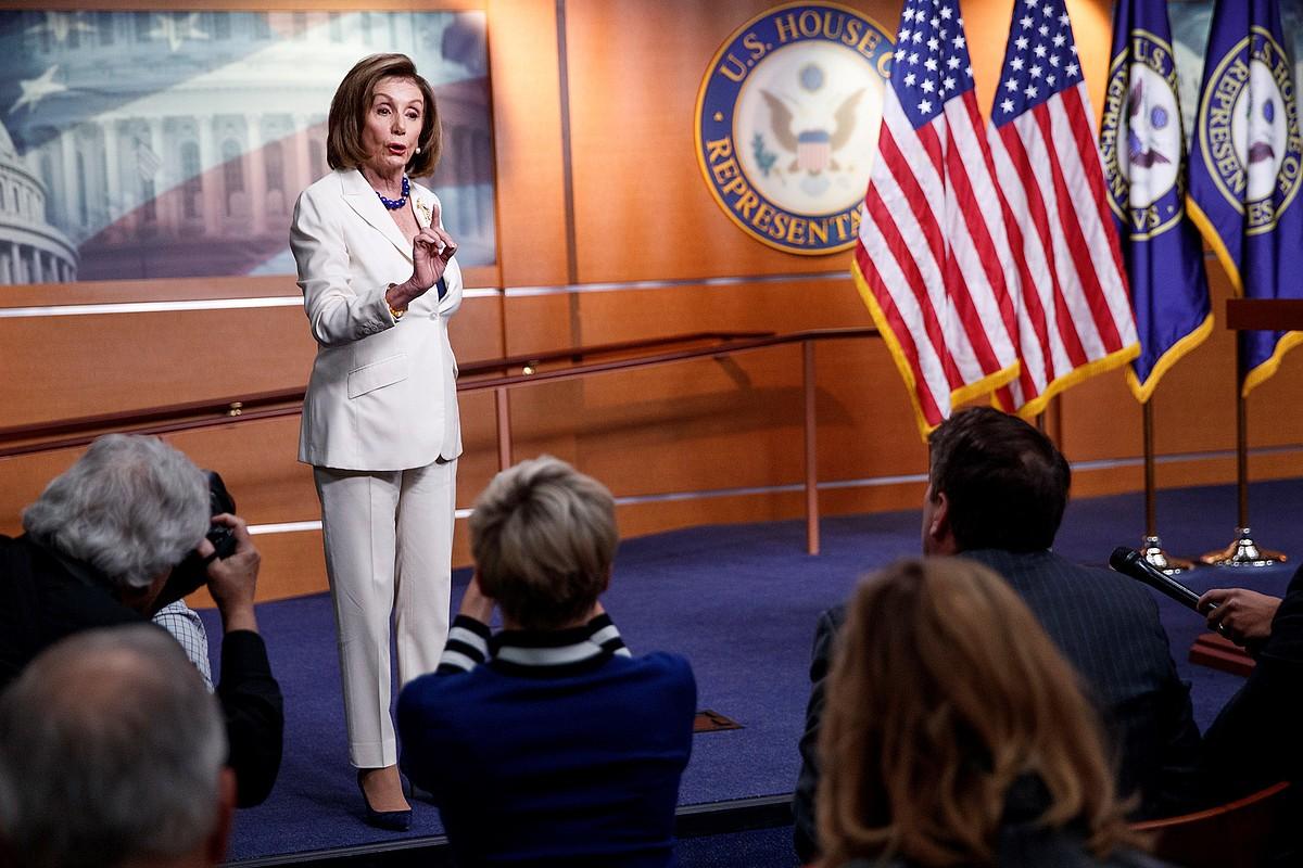 Nancy Pelosi AEBetako Ordezkarien Ganberako presidentea, atzo, Washingtonen, <em>impeachment</em>-a iragartzeko agerraldian. ©SHAWN THEW / EFE