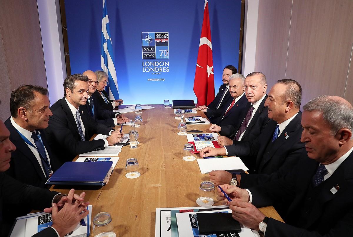Kyriakos Mitsotakis Greziako lehen ministroa eta Recep Tayyip Erdogan Turkiako presidentea, beren herrialdeetako ordezkaritza banarekin, asteazkenean, NATOk Londresen egin zuen goi bileran. ©EFE