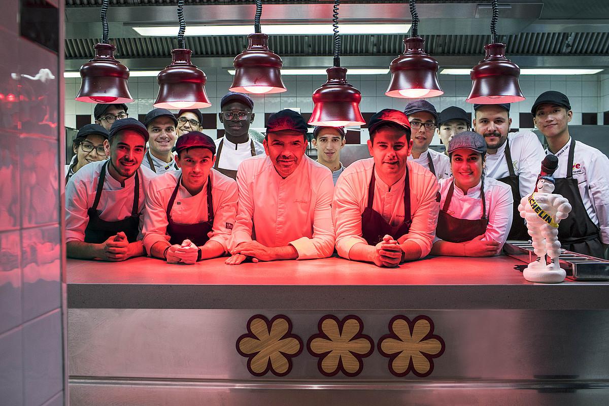 Amos jatetxeko sukaldean aritzen den lantaldea, irabazi berri dituzten hiru Michelin izarrekin. Erdian, Jesus Sanchez chefa. ©AMOS JATETXEA