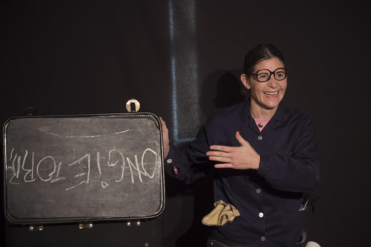 Cecilia Paganini clown-a izan da Szenatokia guneak asteburuan antolatu duen antzerki eta dantza pieza laburren jaialdiko artistetako bat. ©JUAN CARLOS RUIZ / FOKU