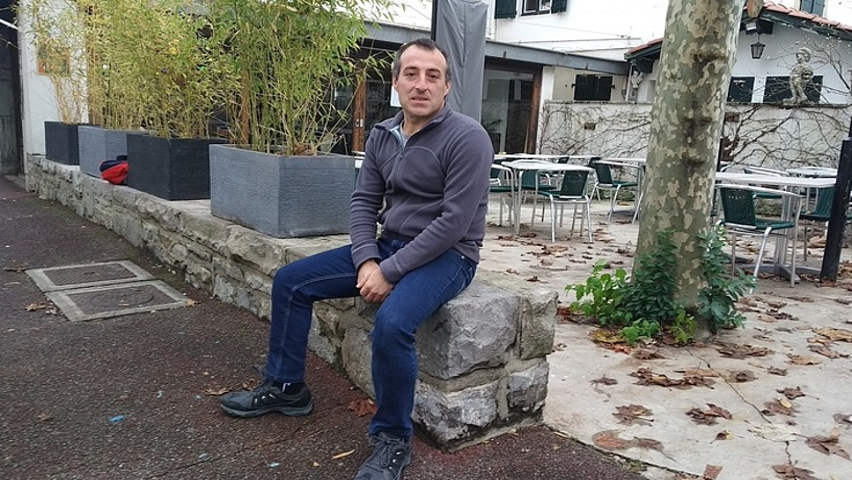 David Pla euskal preso ohia, joan den asteartean, Hendaian, Frantziako polizia etxean sinatu ondoren. ©BERRIA