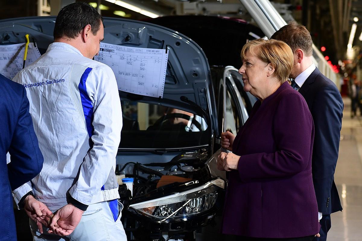 Angela Merkel VW taldeko planta batean, aurten. ©FILIP SINGER / EFE