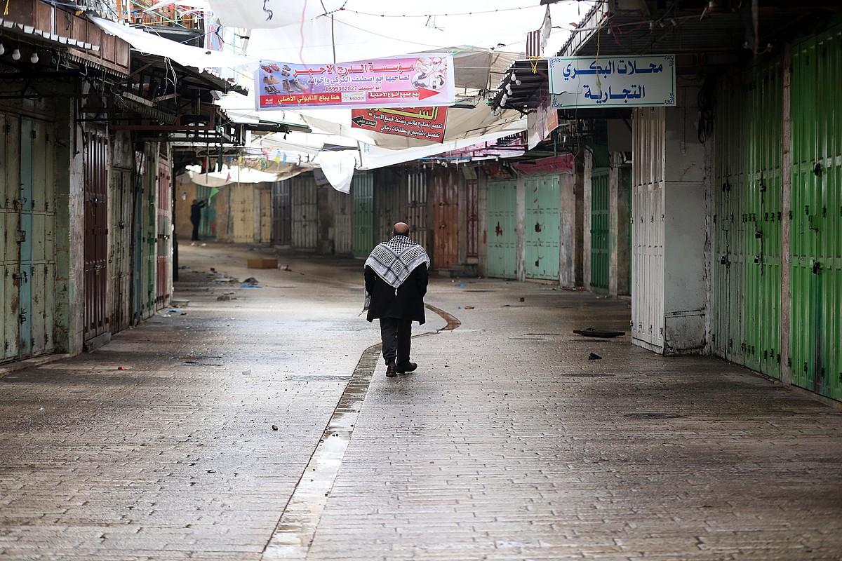 Palestinar bat, atzo, Hebronen. Alde Zaharreko dendak itxi egin zituzten. ©ABED AL HASHLAMOUN / EFE