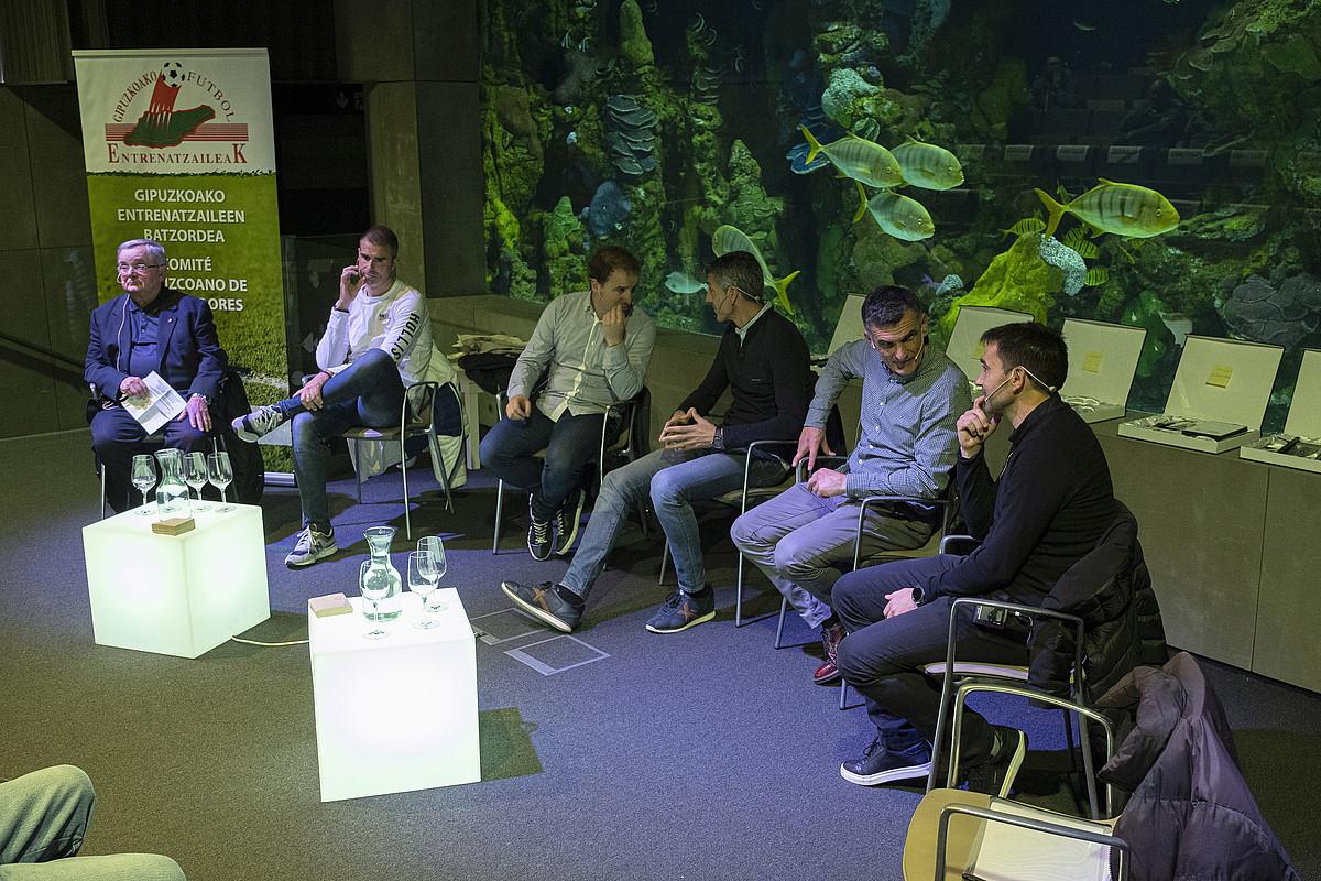 Mikel Etxarri, Gaizka Garitano, Jagoba Arrasate, Imanol Alguacil, Jose Luis Mendilibar eta Asier Garitano, atzo, Donostiako Aquariumean. ©JON URBE / FOKU
