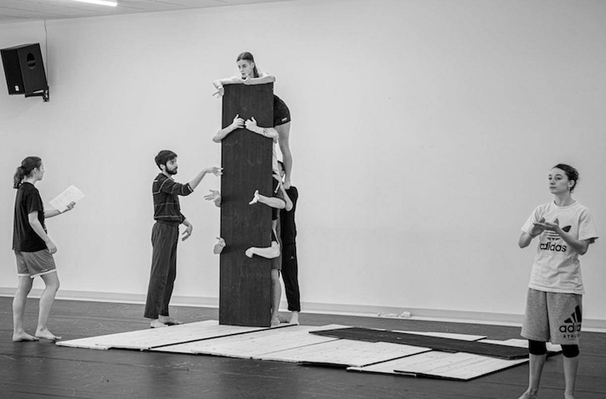 Dantzariek oholak erabiliko dituzte piezan, harresiak irudikatzeko. ©JAN POL