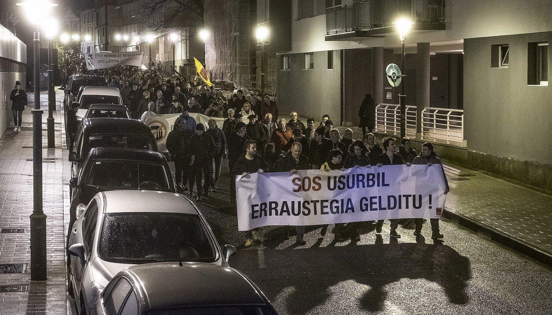 Erraustegiaren aurkako manifestazioaren burua, atzo, Usurbilen. ©JON URBE / FOKU