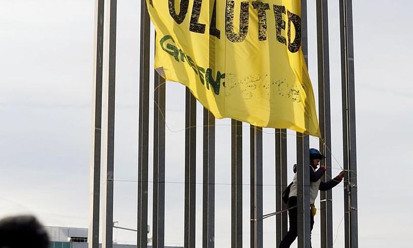 Greenpeaceko kide bat pankarta bat jartzen Madrilen, atzo. ©J.J. GUILLEN / EFE