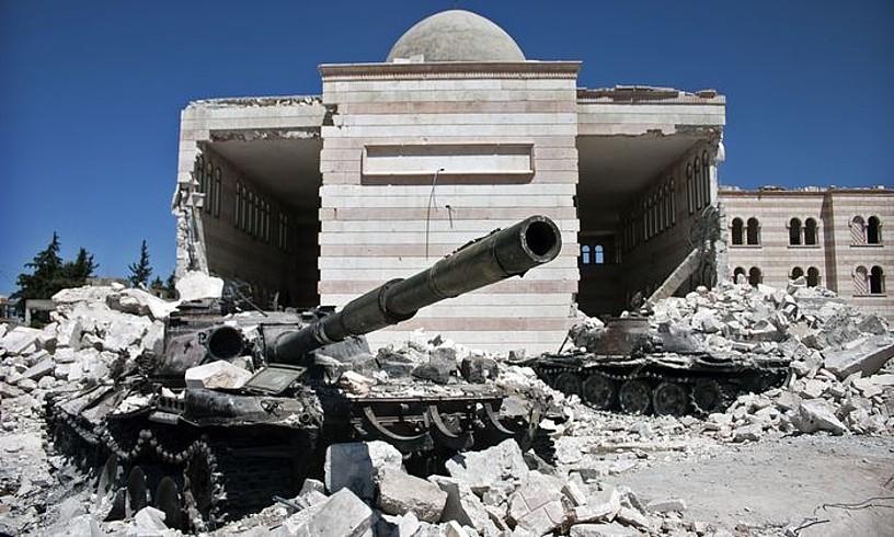 Armadaren tanke suntsitu bat Azaz hirian, 2012an. ©CHRISTIAAN TRIEBERT