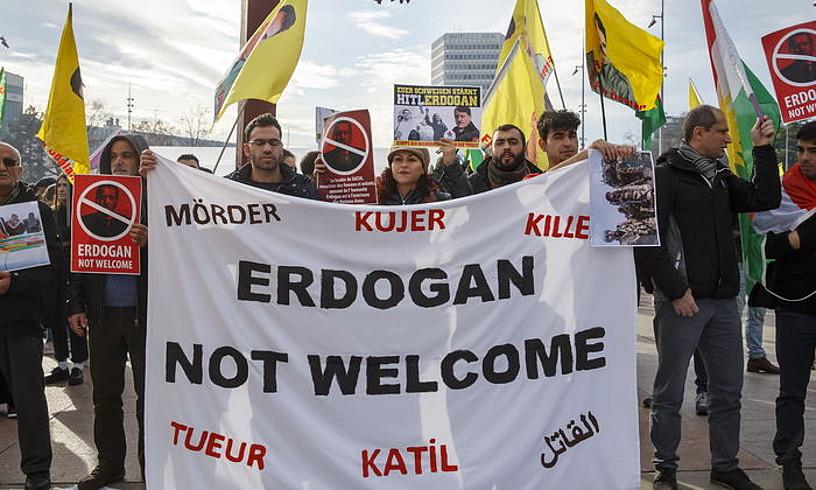 Kurduak Erdoganen aurka protestan, atzo, Errefuxiatuen Nazioarteko Foroan, Genevan. ©SALVATORE DI NOLFI / EFE