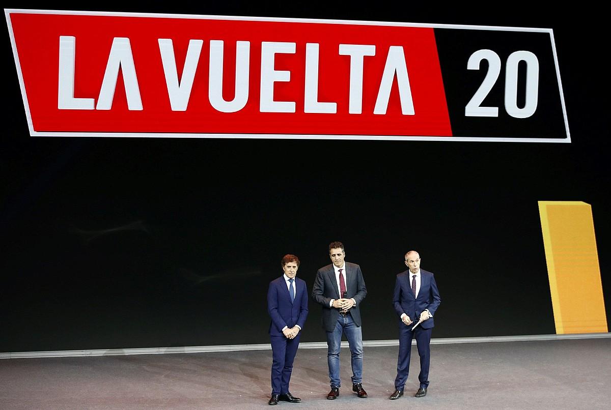 Pedro Delgado eta Miguel Indurain txirrindulari ohiak eta Carlos de Andres kazetaria, atzo, Espainiako Vueltaren aurkezpenean, Madrilen. ©JAVIER LOPEZ / EFE