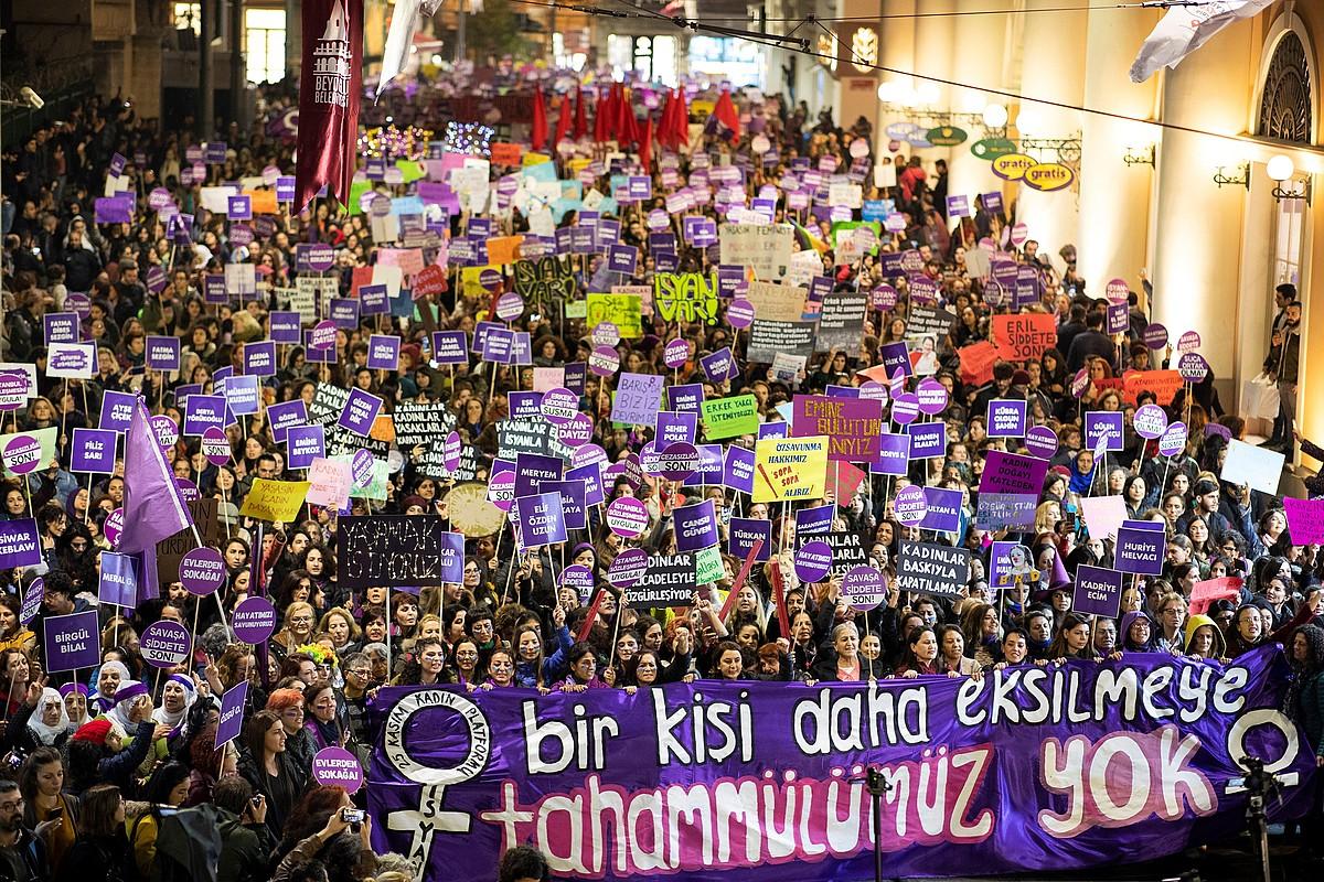 Protesta bat Istanbulen, Emakumeen Kontrako Indarkeriaren Aurkako Egunean, azaroaren 25ean. ©TOLGA BOZOGLU, EFE