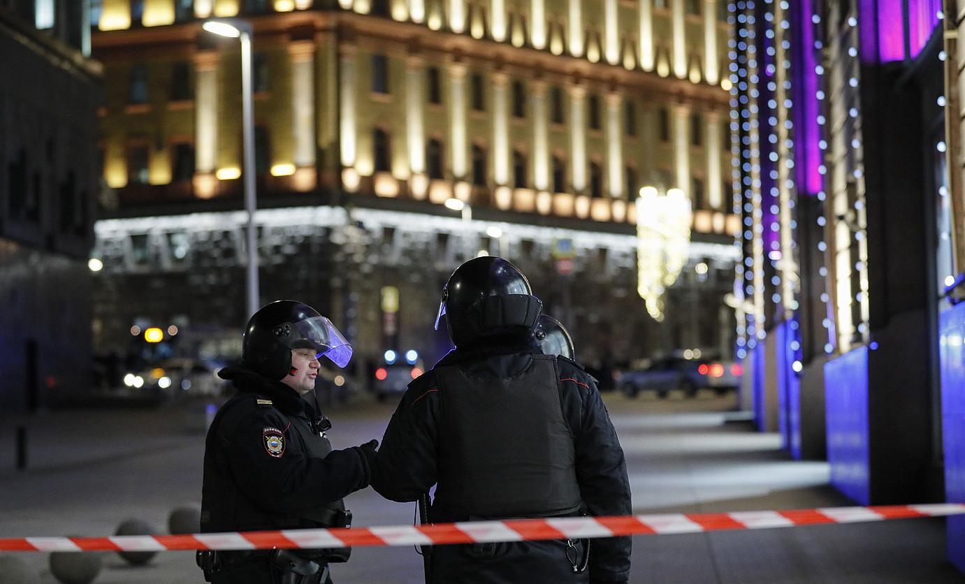 Errusiako poliziak, atzo, zerbitzu sekretuen egoitzaren inguruetan, Moskun. ©YURI KOCHETKOV / EFE