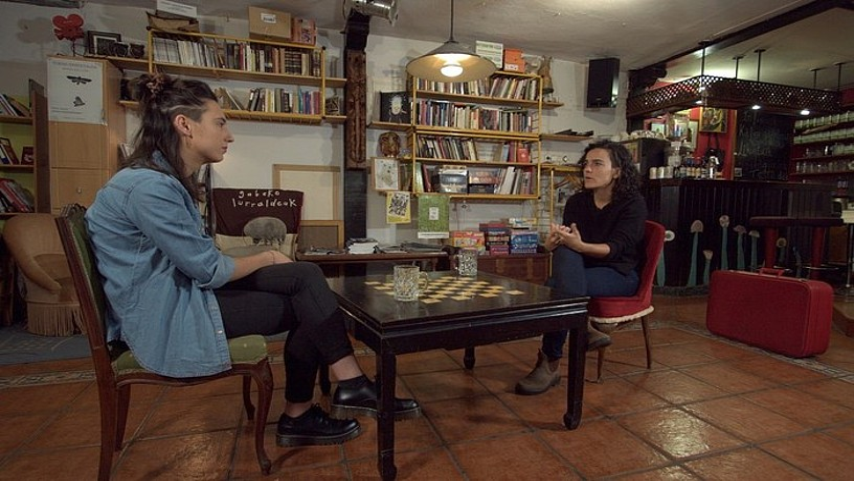 Eider Perezek Maialen Lujanbio elkarrizketatu du Errenteriako Mikelazulo kultur elkartean. ©HITZETIK HORTZERA