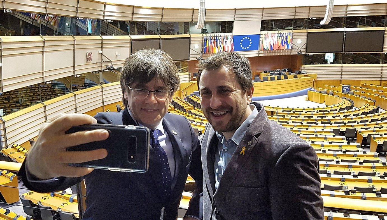 Carles Puigdemont eta Toni Comin, atzo, Europako Parlamentuan, akreditazioa jaso berri, beren buruari argazki bat ateratzen. ©MIRIAM SANTAMARIA