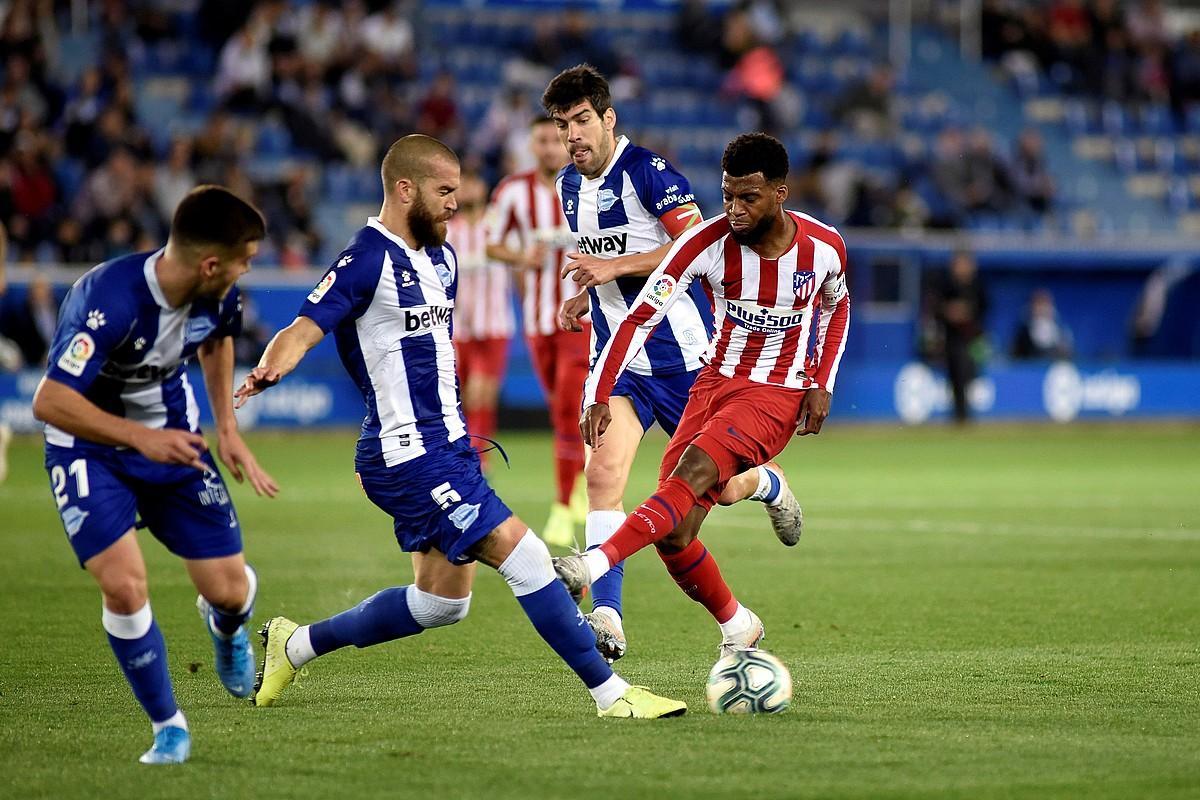 Victor Laguardia baloia aldentzen, aurrean Atletico Madrileko Renan Lodi duela. ©JON RODRIGUEZ / EFE