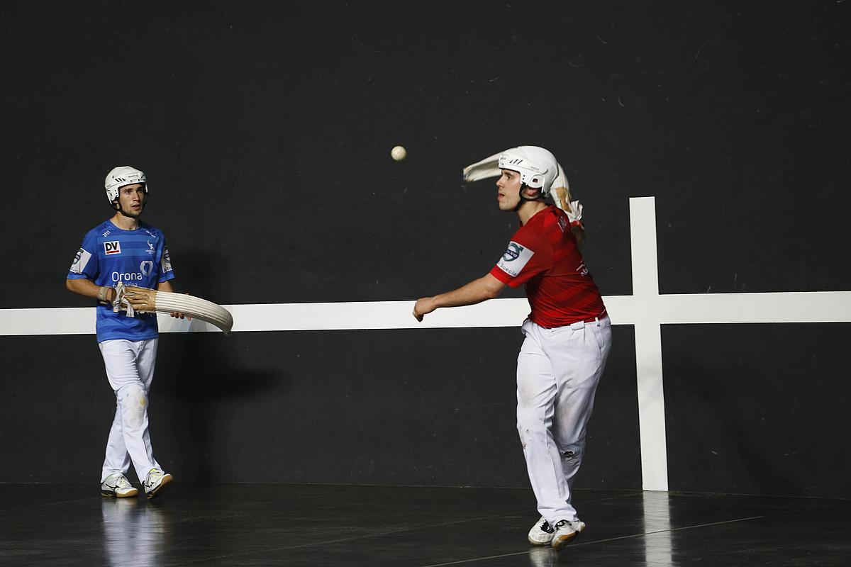 Xabier Azpiroz atzean, Iban Larrañagaren aurka jokatutako partida batean. ©MAIALEN ANDRES