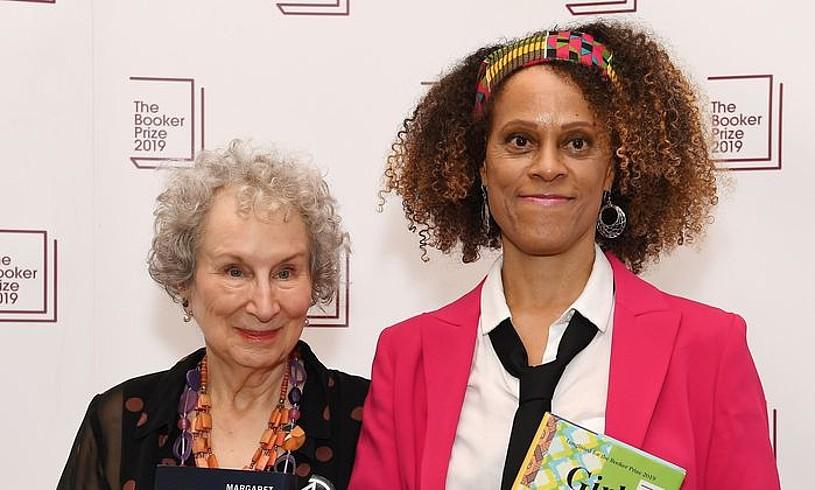 Bernardine Evaristo (eskuinean), Margaret Atwoodekin. Booker saria jaso dute aurten bi idazleek; Evaristok, <em>Girl, Woman, Other</em> nobelagatik. ©ANDY RAIN / EPA / EFE