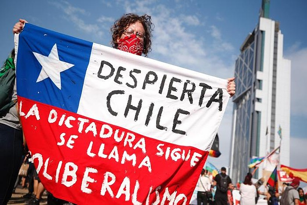 Manifestari bat, milaka lagun bildu zituen protestetako batean, Duintasunaren plazan, Santiagon, abenduaren 6an. ©ALBERTO VALDES / EFE