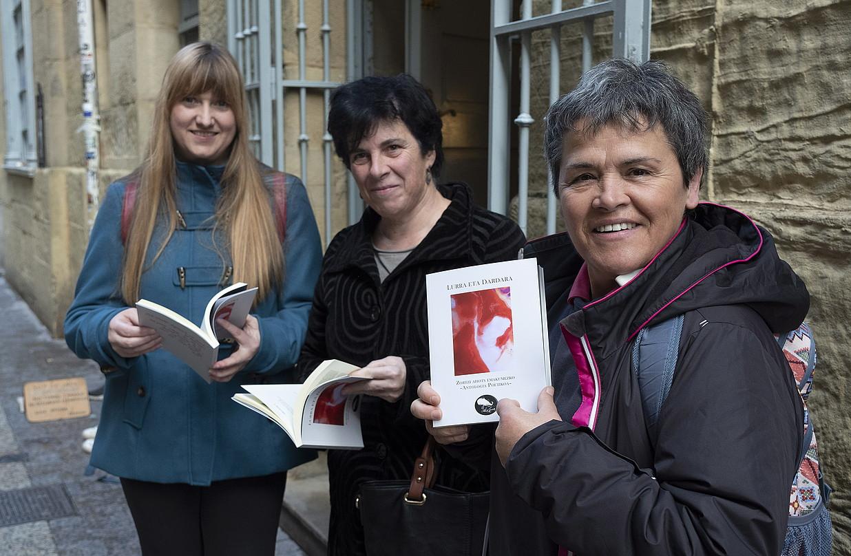 Aintzane Galardi Portu, Tere Irastortza eta Itxaro Borda, antologiaren aurkezpenean. ©JON URBE / FOKU
