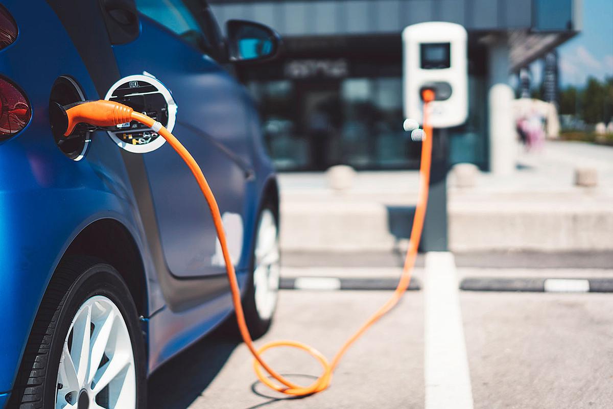 Auto elektriko bat bateriak kargatzen. ©BERRIA