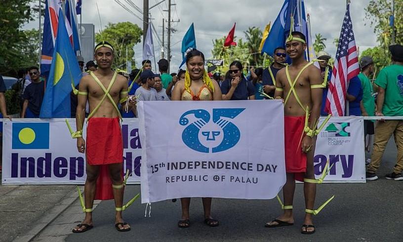 Palauko herritar batzuk independentziaren 25. urtemuga ospatzen. Mikronesiako lau estatuetako bat da, eta 1994an lortu zuen independentzia AEBetatik. ©PACAF