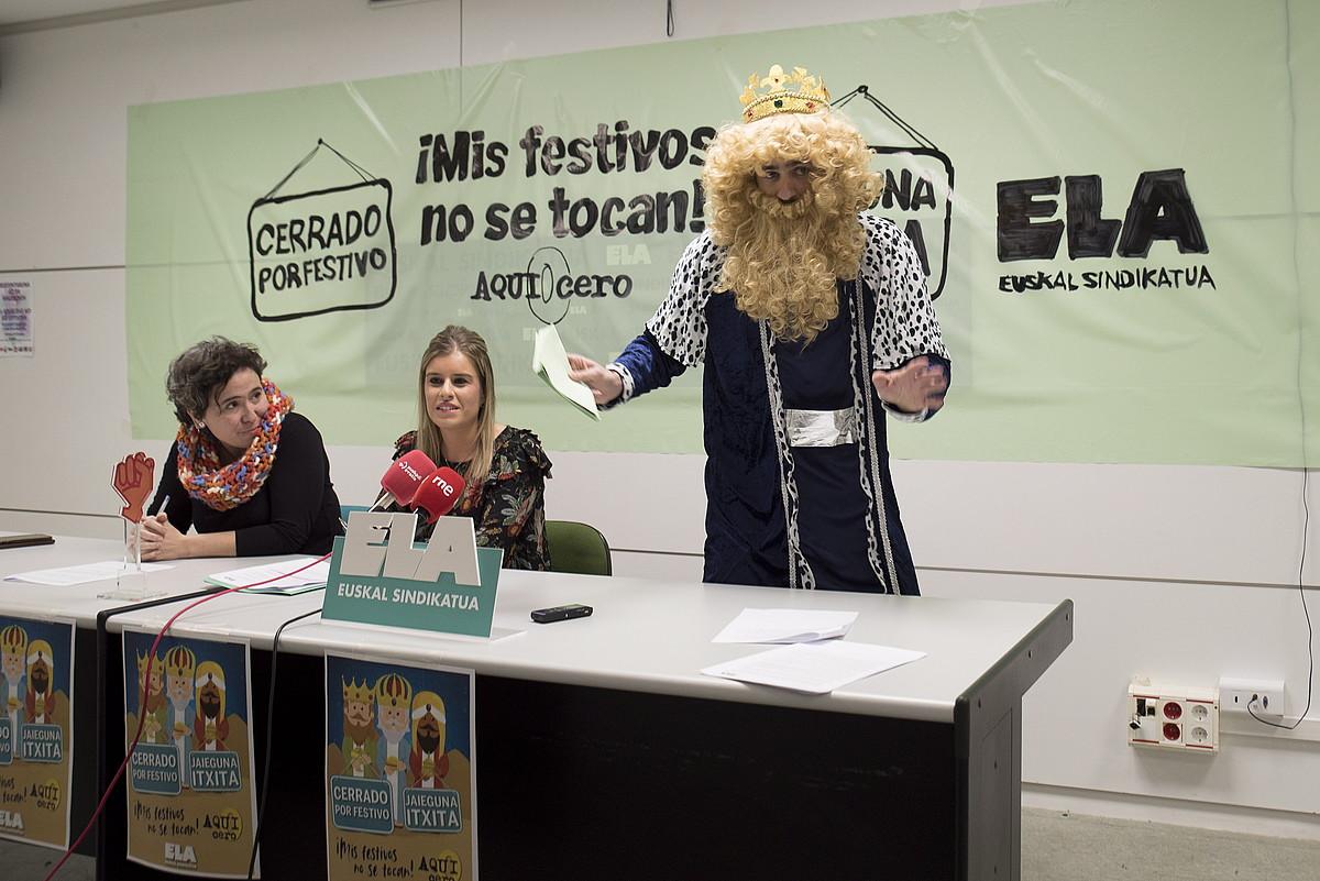 ELAko Olaia Alonso eta Ainhoa Urkia eta errege magoetako bat, atzo, Iruñeko ELAren egoitzan. ©IÑIGO URIZ / FOKU
