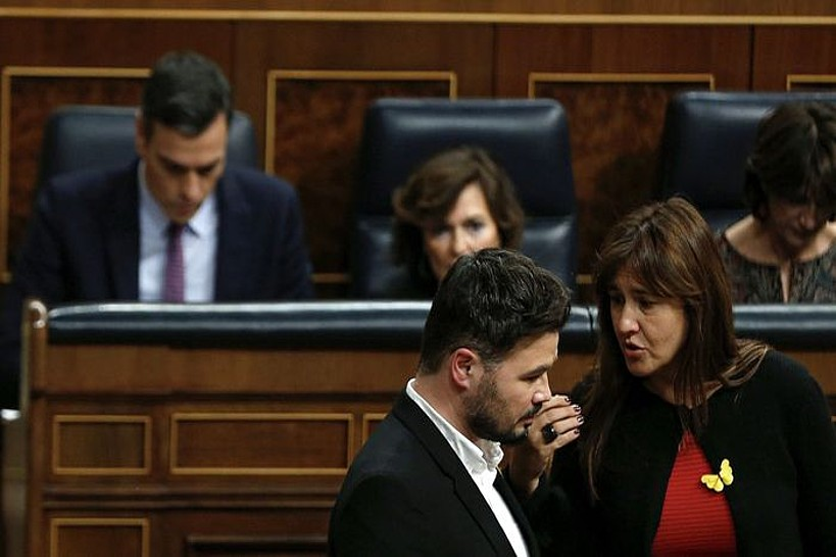 Gabriel Rufian (ERC) eta Laura Borras (JxC) elkarrekin hizketan, atzo, Espainiako Kongresuan, atzean Pedro Sanchez dutela. ©EMILIO NARANJO / EFE