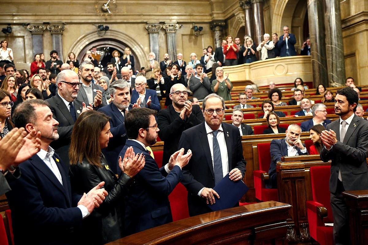 Torra, Kataluniako Parlamentuan atzo eginiko saioan, bere alderdiko eta gobernuko kideen babesean. ©QUIQUE GARCIA / EFE