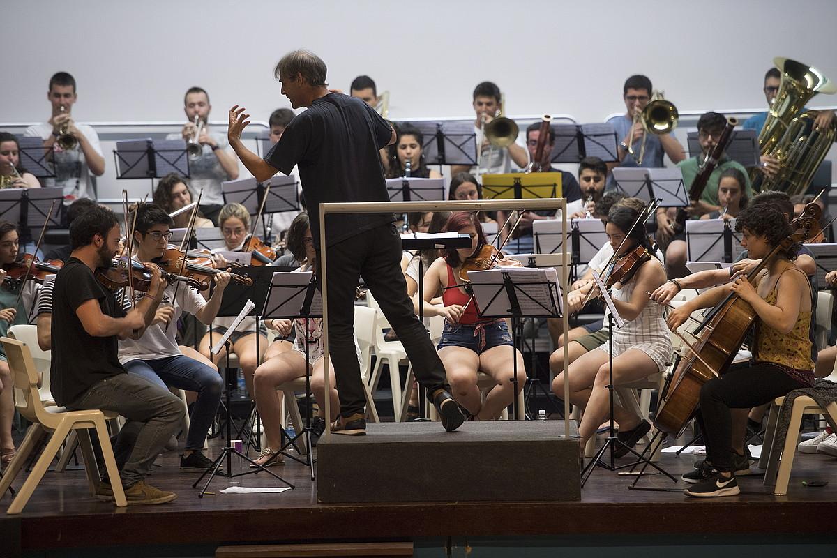 EGOko musikariak, Juan Jose Ocon gidari dutela, iazko udan, Eibarren eginiko entsegu irekian. ©JUAN CARLOS RUIZ / FOKU