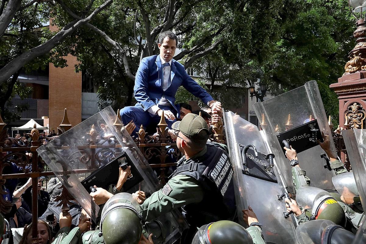 Guaido oposizioko burua parlamentura sartzen saiatu zen igandean, burdin hesira igota. ©RAYNER PEÑA / EFE