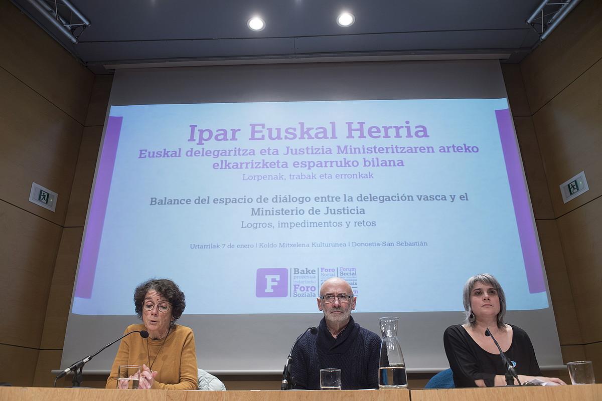 Teresa Toda Foro Sozialeko ordezkaria —moderatzailea—, Mixel Berhokoirigoin bakegilea, eta Anaiz Funosas Bake Bideko presidentea, atzo. ©JUAN CARLOS RUIZ / FOKU