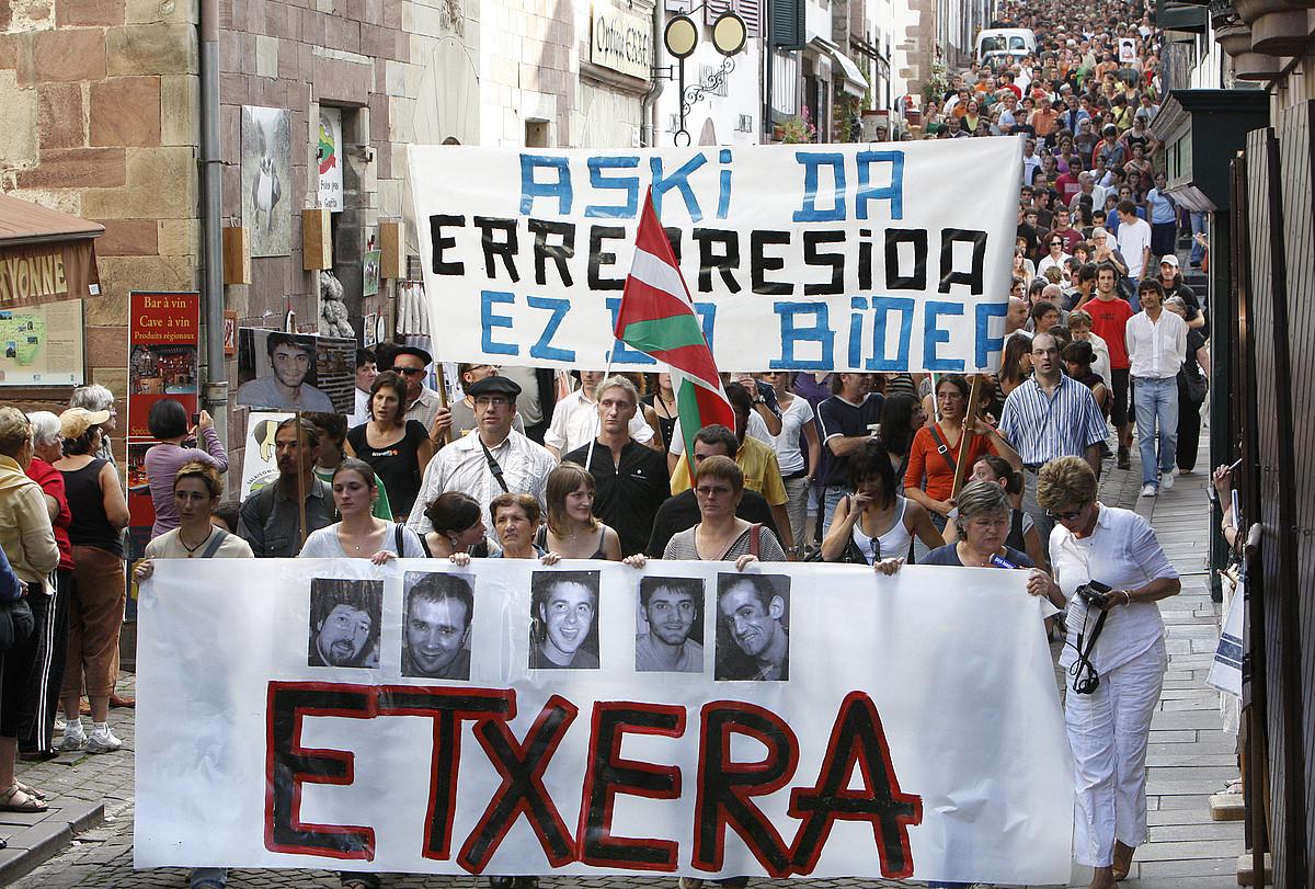 <em>Kalaka auziaren</em> aurka 2008an Donibane Garazin egindako martxa bat. ©BOB EDME
