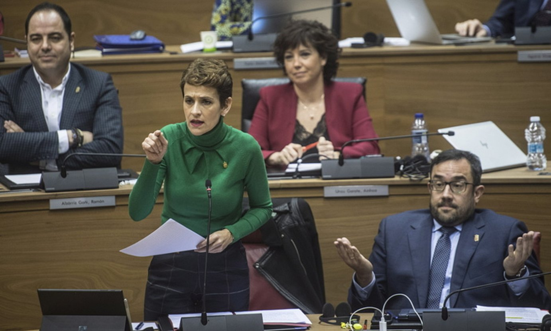 Maria Txibite, atzo, Navarra Sumako Javier Esparzari erantzuten. Alboan, Javier Remirez presidenteordea. ©JAGOBA MANTEROLA / FOKU