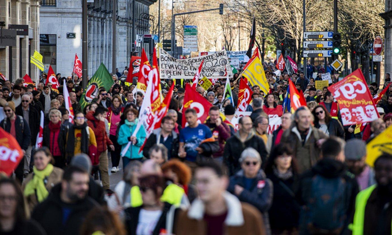 Manifestazio intersindikala egin zuten atzo Baionan erretreten erreformaren kontra. ©GUILLAUME FAUVEAU