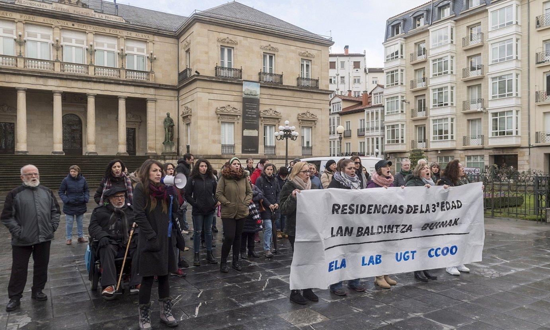 Sindikatuek deitutako protesta, atzo, Gasteizen. ©JUANAN RUIZ / FOKU