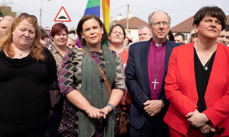 Sinn Feineko Mary Lou McDonald —ezkerretik hasita bigarrena—, eta DUPeko Arlene Foster —eskuinean—, artxiboko irudi batean. ©JOE BOLAND / EFE