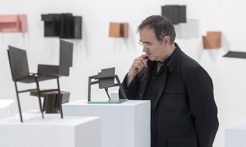 Juan Luis Moraza artista Gasteizko Artium museoan ikusgai jarri dituen obretako batzuekin. ©JUANAN RUIZ /FOKU