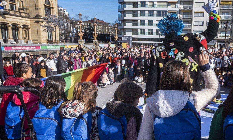 <em>Haur motxiladunak</em>, abenduan, Donostian, Sarek deitutako manifestazio batean. / JON URBE / FOKU