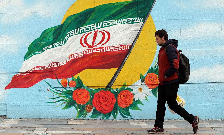 Iranen bandera duen mural bat, ostiralean, Teheranen. ©ABEDIN TAHERKENAREH / EFE