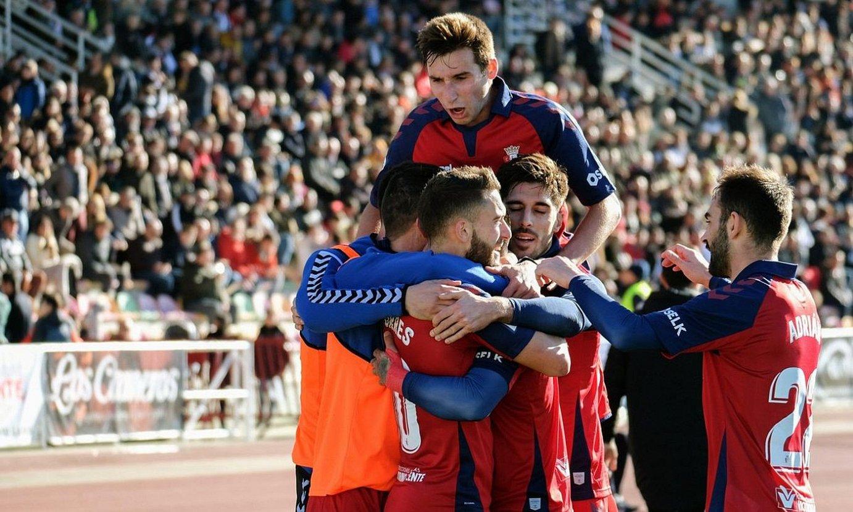 Osasunako jokalariak, Chimy Avilaren gola ospatzen, atzo, Haron. Gol horrek eman zion garaipena. ©ABEL ALONSO / EFE