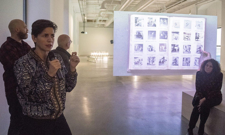 Filipa Cesar artista (ezkerrean), bere lana erakusten. ©GORKA RUBIO / FOKU