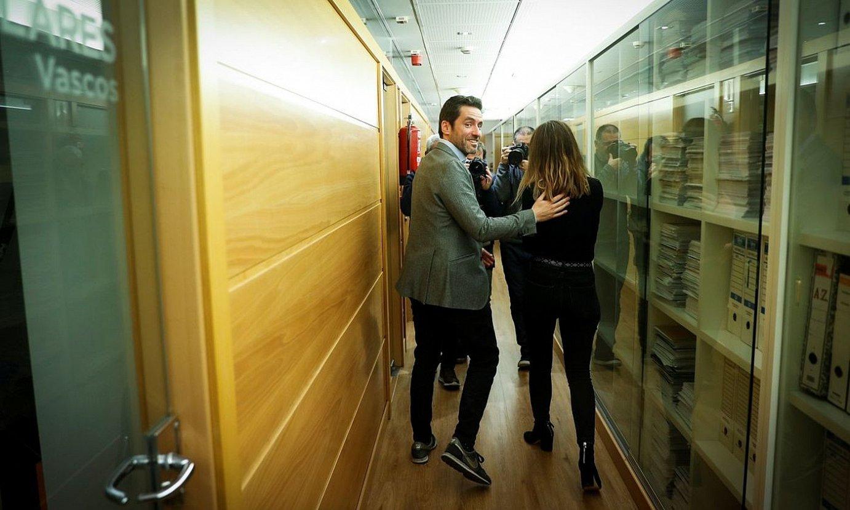 Borja Senper, Barbara Goenaga bikotekidearekin, PPren egoitzako korridoreetan. ©JAVIER ETXEZARRETA / EFE