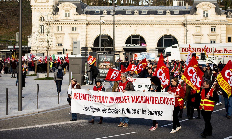 Manifestariak, atzo, FSU, CGT eta FO sindikatuek Baionan antolatu zuten mobilizazioan. ©GUILLAUME FAUVEAU