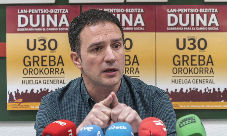 Mitxel Lakuntza Donostian egindako agerraldian, atzo. / ANDONI CANELLADA / FOKU