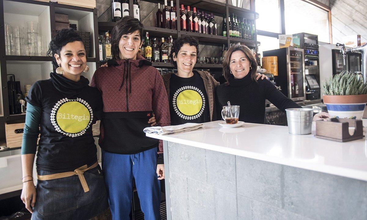 Sol Flores, Eva Fernandez, Idoia Josue eta Kizkitza Larrea dira Latasako Biltegia jatetxeko arduradunak. ©JAGOBA MANTEROLA / FOKU