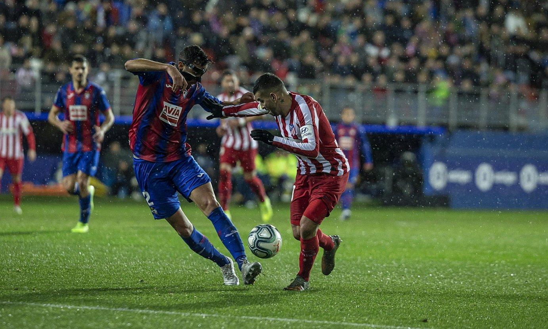 Esteban Burgos Eibarreko atzelaria eta atzoko lehen gola egin zuena, Correarekin lehian, atzo Ipuruan. ©ARITZ LOIOLA / FOKU