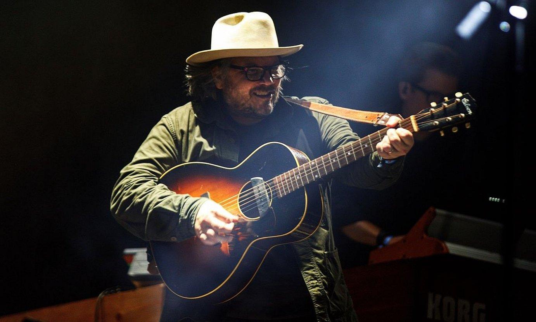 Jeff Tweedy taldeko abeslaria eta gitarrista, iaz, Gasteizen, Azkena Rock jaialdian. ©DAVID AGUILAR / EFE